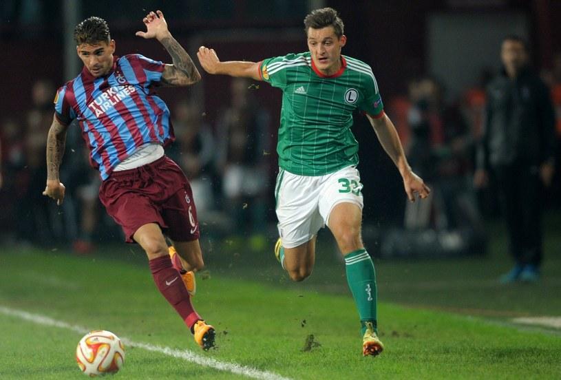 Żyro walczy z Medjanim z Trabzonsporu w meczu LE /AFP