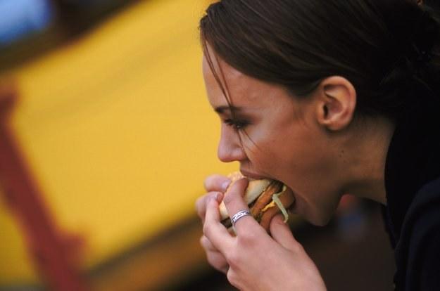 Żywienie się wysoko przetworzonymi produktami to jedna z przyczyn otyłości /© Bauer