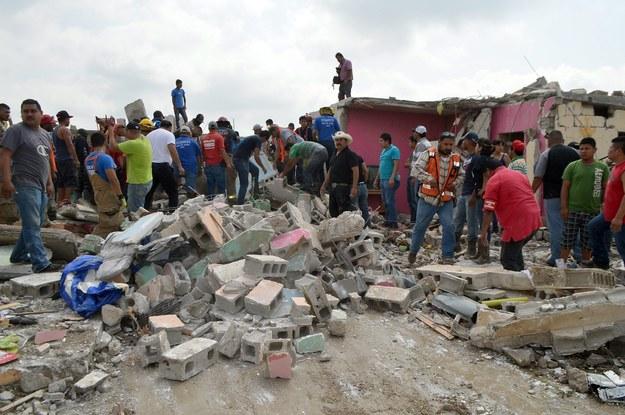 Żywioł przewrócił i zniszczył nawet pełen pasażerów autobus /STR /PAP/EPA
